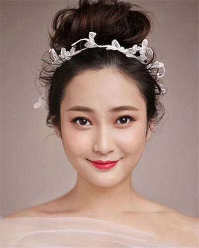 新娘发型展现     蓬松的长刘海轻盈感十足,头顶别致的编发修饰得头型图片
