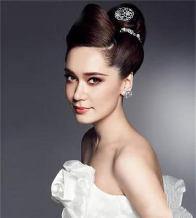 时尚气息迎面而来:欧美盘发新娘发型