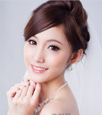 下面就随小编一起来看看偏分刘海的显瘦新娘发型推荐吧.图片