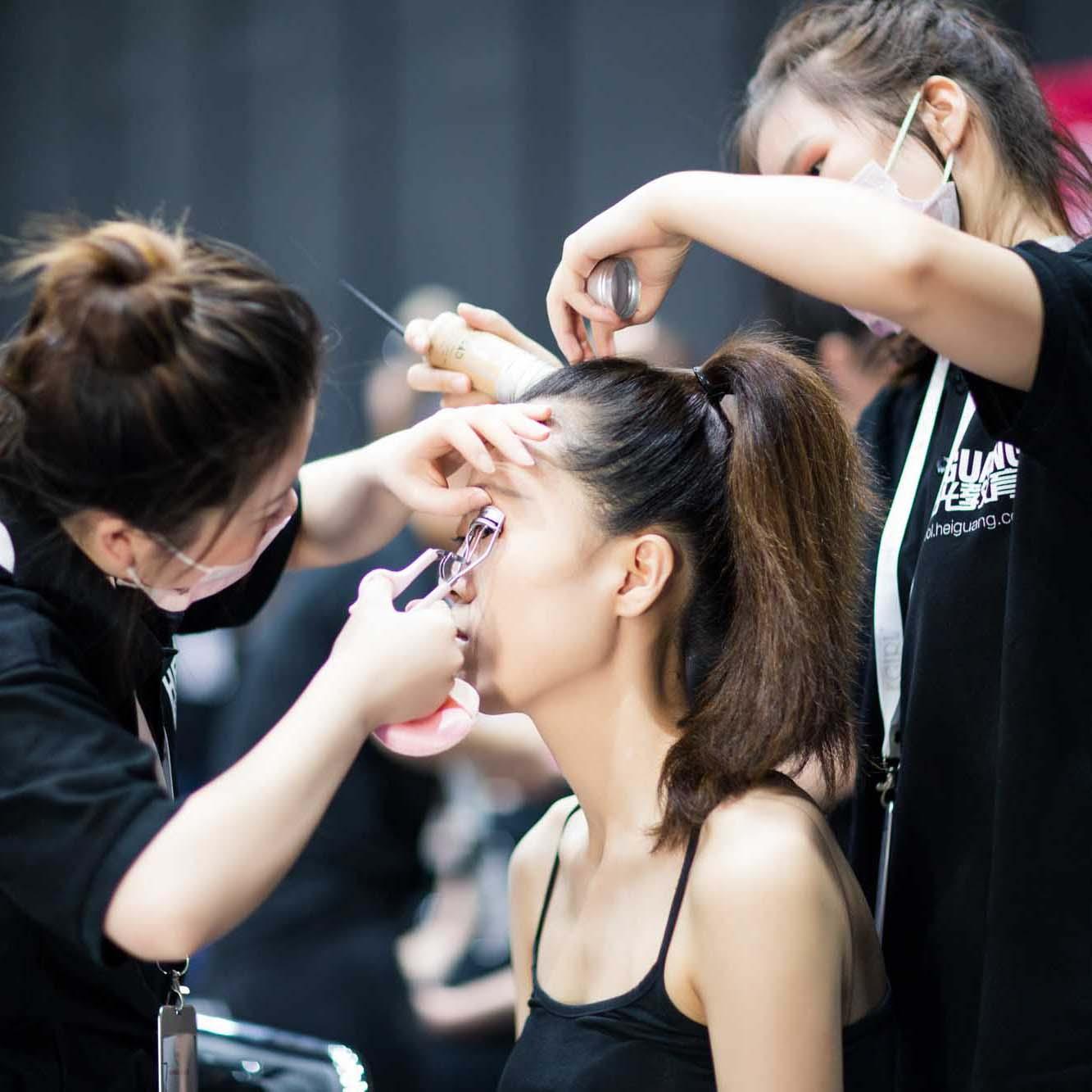 黑光化妆基础培训班具有什么样的优势?小班教学才是特色!