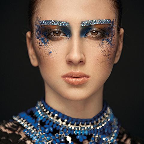 让专业化妆师培训班来教你如何应对不同类型眼睛的化妆